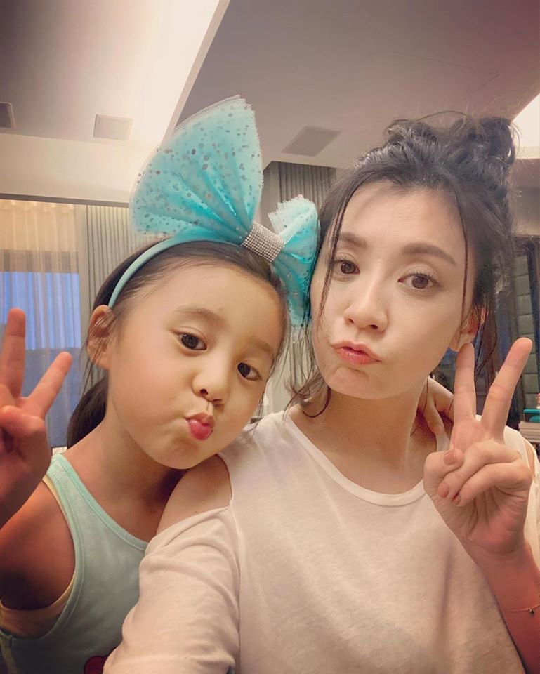賈靜雯與女兒咘咘。圖/摘自臉書