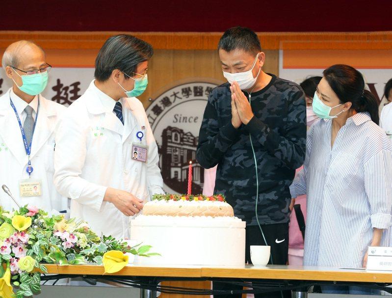 台大醫院院長陳石池(左起)、台大副校長張上淳等人,昨天上午幫出院的新冠肺炎重症病患A先生(右二)慶生。記者林澔一/攝影