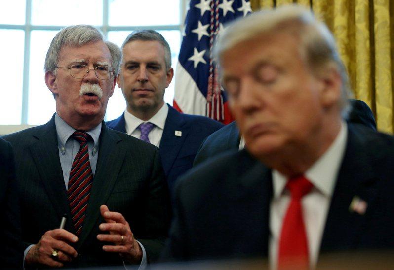 前任國家安全顧問波頓(左)日前接受美國廣播公司ABC專訪時,直言川普「不適任」,也「沒有治國能力」。圖為2019年2月兩人在白宮談公務。美聯社