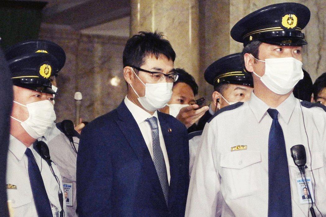 河井克行現年57歲,為廣島出身的自民黨眾議員,曾任小泉純一郎執政時期的外務大臣政...