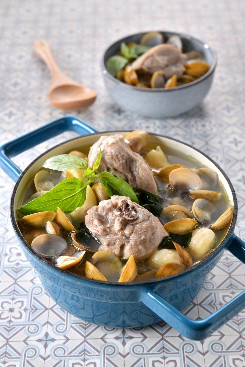 黃金蜆蒜頭雞湯。 圖/日日幸福出版提供