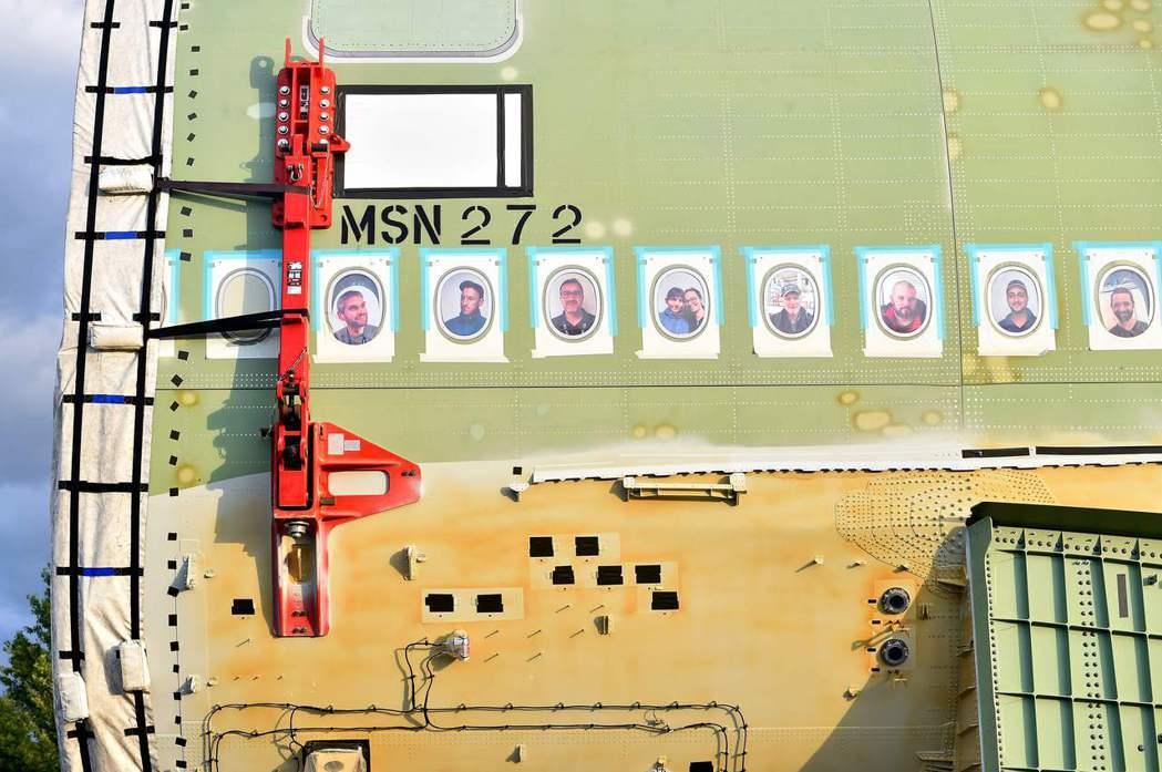 機身上的照片,是參與最後一架A380產製的工作人員。 圖/法新社