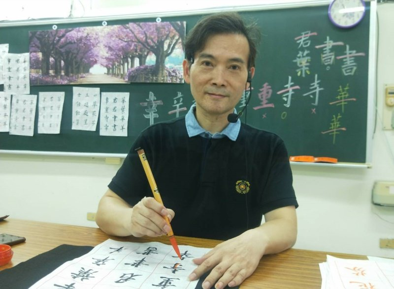 楊盛錩退休後變社團良師,在校園、社區教桌球、書法、美術等,學生愈來愈多。 圖/游...