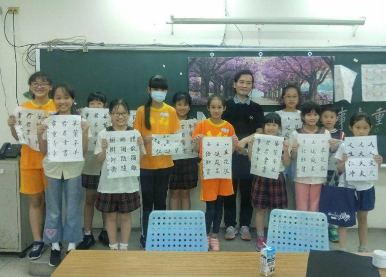 楊盛錩校長退休後變社團良師,在校園、社區教桌球、書法、美術等,學生愈來愈多了。 ...