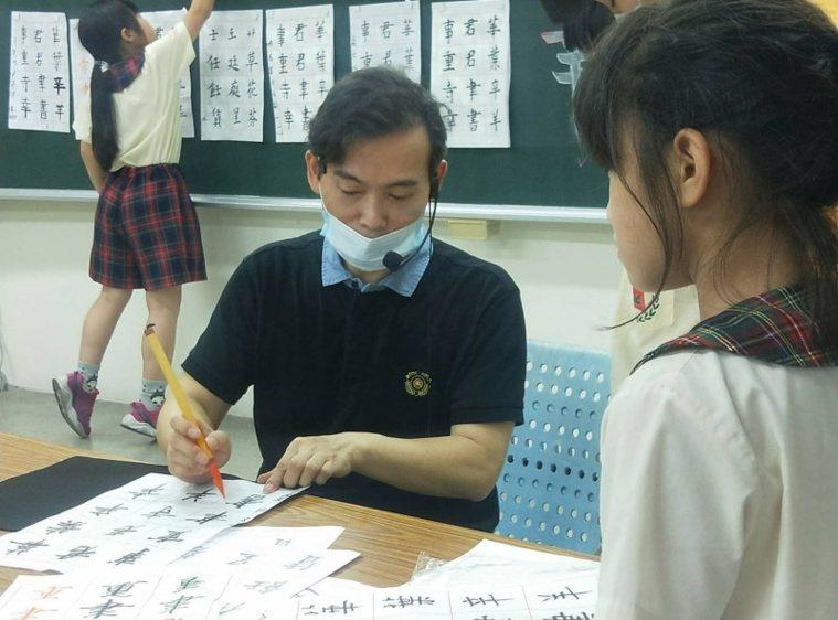 楊盛錩校長退休後變社團良師,在校園、社區教桌球、書法、美術等,學生更多了。 圖/...
