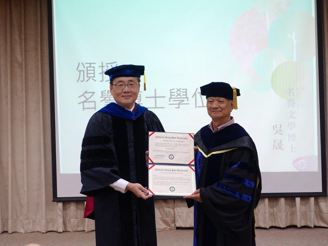 校長趙涵捷(左)頒授證書與吳晟老師。 東華大學/提供。