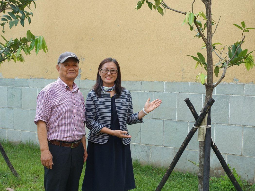 吳晟與花蓮林區管理處處長楊瑞芬。 東華大學/提供。