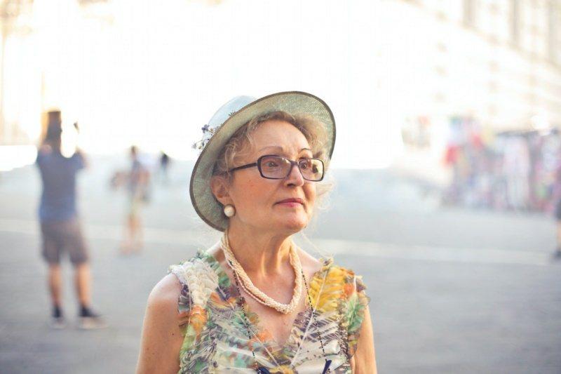 熟齡肌防曬,除了防曬乳,可多利用衣物、帽子等防曬。 圖/Pelexs