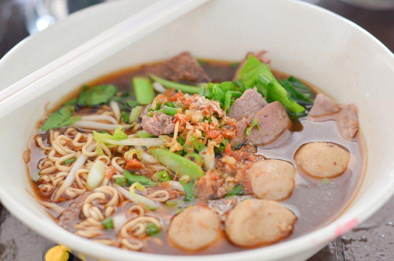 煮泡麵時加入些青菜、肉、蛋,瞬間美味升級。 圖/ingimage