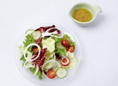 放上小黃瓜和洋蔥後,淋上蒜香芥末籽醬。 圖/台灣廣廈提供