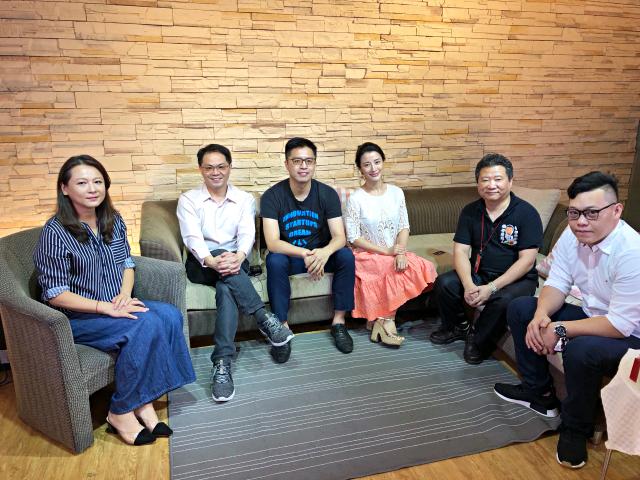記者會當日主持人、發起人及名人代表與業者合照。 關注台灣/提供