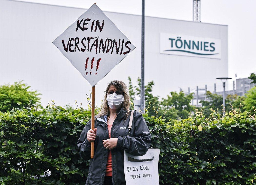 「零容忍!」一名德國民眾舉著標牌,抗議 Tönnies 在疫情之下暴露出的長期勞...