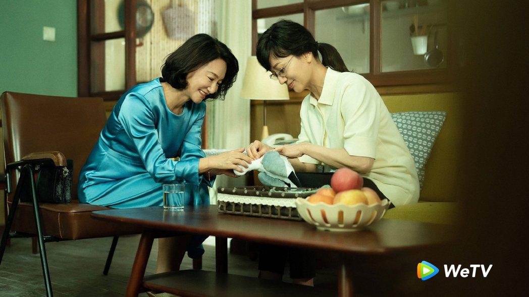 惠英紅(左)與趙雅芝在「不完美的她」分別飾演周迅的養母與生母。圖/WeTV提供