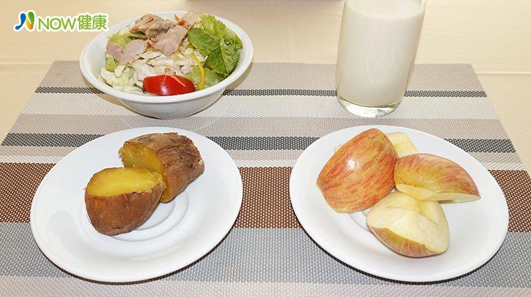 ▲國泰健康管理營養師王盈堤建議,早餐可以吃烤地瓜取代麵包或白饅頭,配上鮮奶或無糖...
