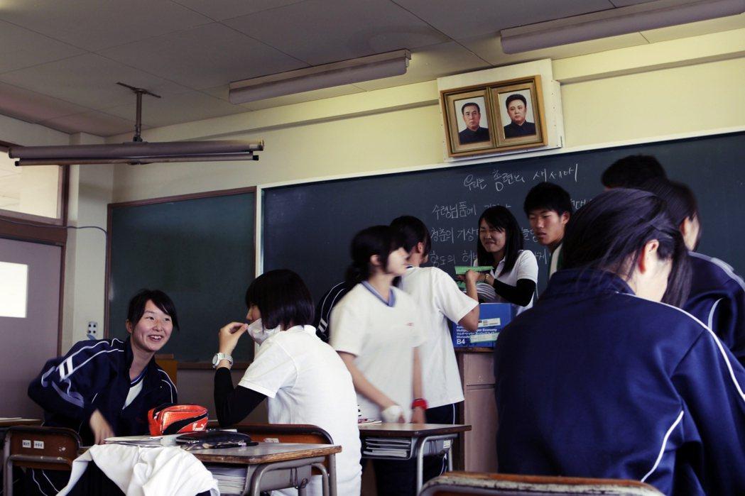 在許多朝鮮學校的教室裡,可以看到牆上高掛北韓領袖金日成、金正日的畫像,課程內容除...