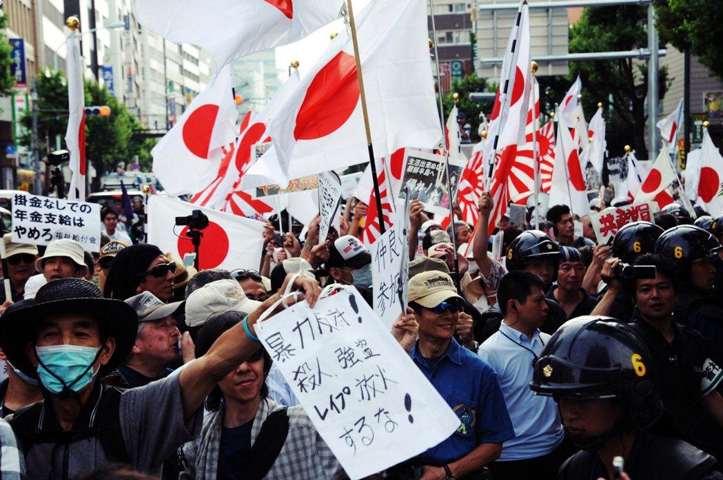 圖為東京抗議朝鮮學校的團體,指控朝顯人都是暴力犯罪、強暴殺人犯。朝鮮學校甚至被視...