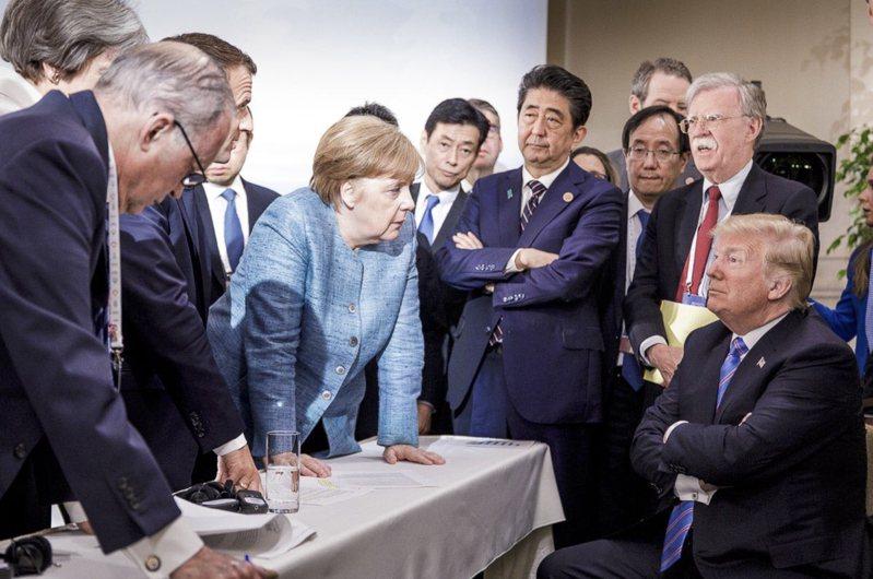 2018年6月G7領袖峰會在加拿大舉行,德國總理梅克爾(中)和美國總統川普(右)貌似對峙的照片轟動一時。美聯社
