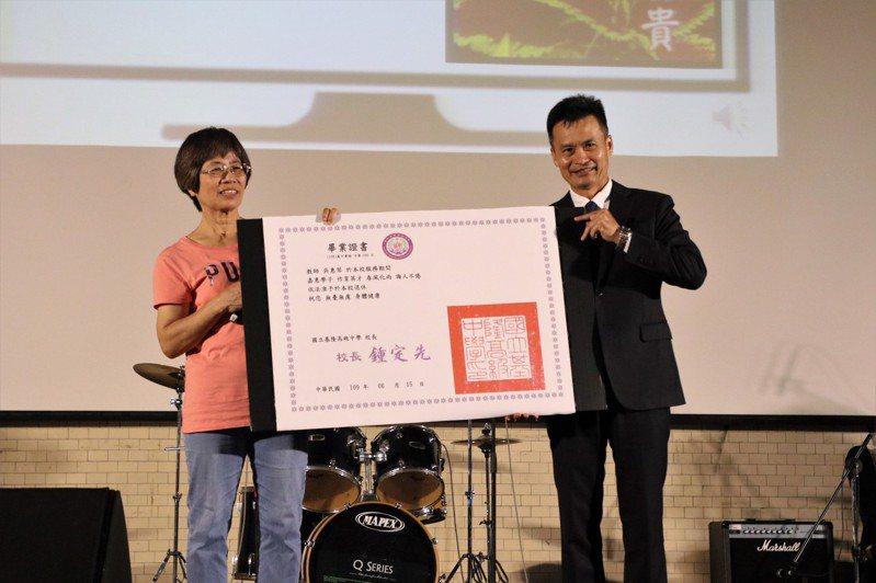 基隆高中吳惠琴老師獲教育部杏壇芬芳獎。圖/基隆高中提供
