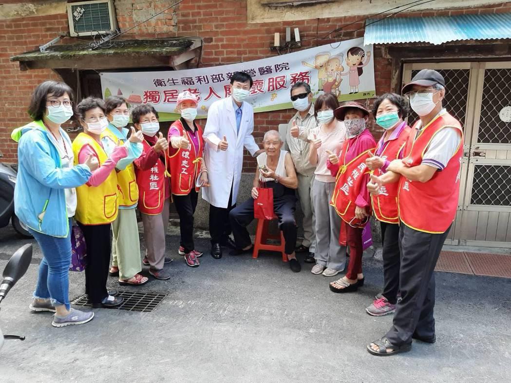 衛福部新營醫院教做「高鈣粽」,並贈送社區長輩。圖/新營醫院提供