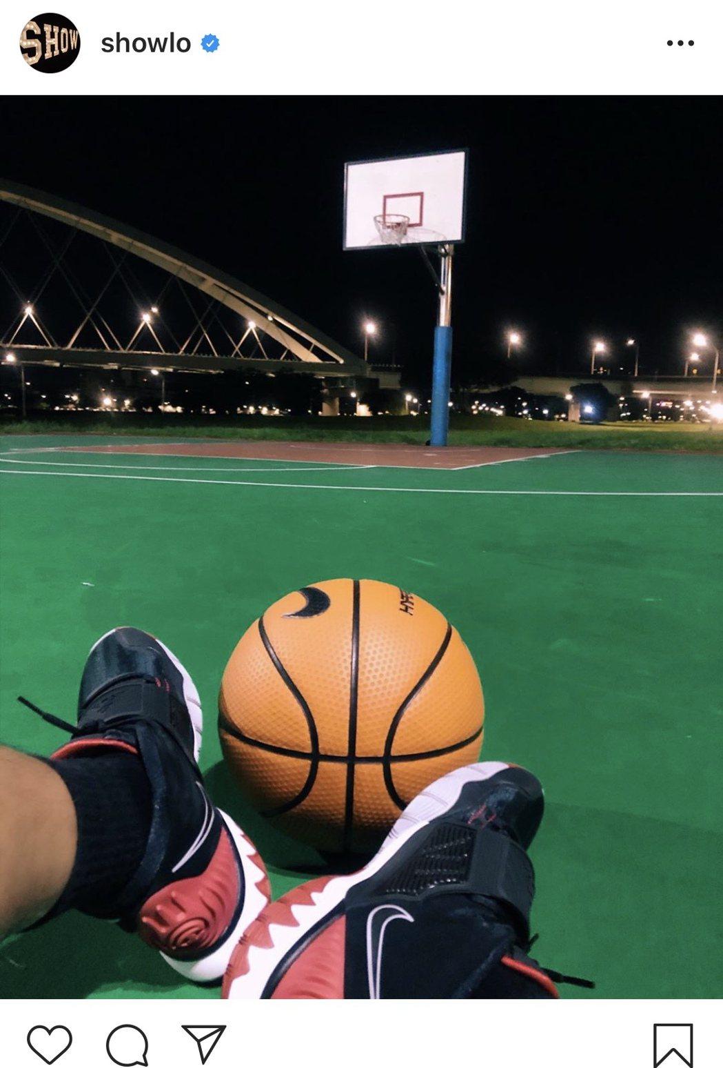 羅志祥今天凌晨曬照曝近況,疑到內湖彩虹河濱公園內的籃球場打球。圖/摘自IG