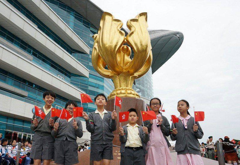 香港教育局18日發布通告,全港所有中小學須提供機會,讓學生學習歌唱國歌,並教導學生國歌的歷史及精神儀。(香港中通社)