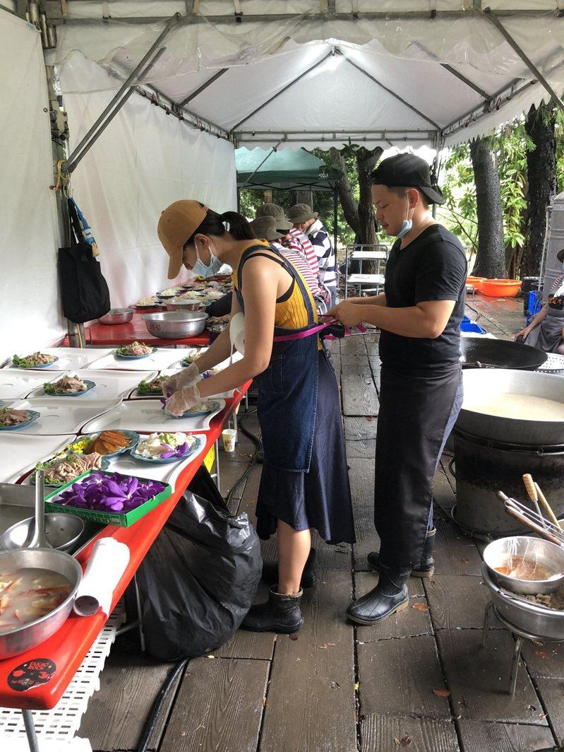 李芝瑜與呂昭輝主導辦桌規劃,卻是團隊中最年輕的成員,與老一輩廚工相互照應。記者╱蔣宗裕 拍攝