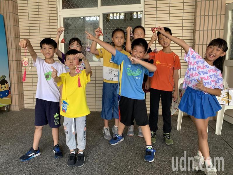雲林縣斗六市鎮南國小學生也與父母共作粽子造型的艾草香包,配戴在身上可避邪又可驅蚊。記者陳苡葳/攝影