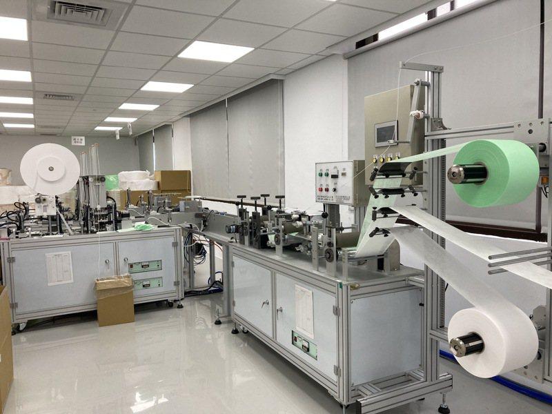涔宇科技有限公司成立新竹市首家口罩工廠,每月產量可達260萬片。圖/市府提供
