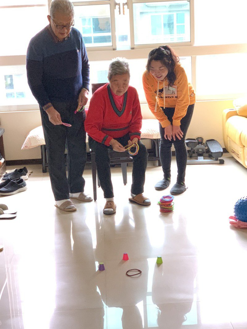 王建煊(左一)與妻子蘇法昭(中)在家做居家職能復健,他們因為歲數年過80歲,所以更希望能透過建造天使居,讓老人們能獲得更好的照顧。圖/無子西瓜基金會提供