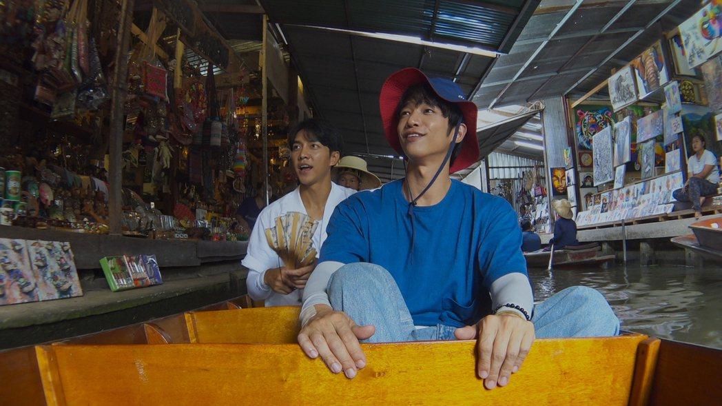 劉以豪和李昇基暢遊水上市場。圖/Netflix提供