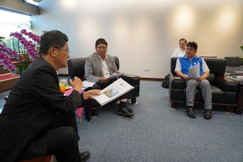 新竹縣長楊文科為爭取2022世界客家博覽會能在新竹縣舉辦,特地拜會客委會主委楊長鎮。記者巫鴻瑋/翻攝