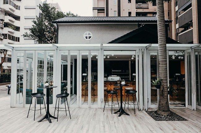 陽光玻璃屋的設計讓白天、夜晚各有不同迷人表情。圖/CEO1950總裁藝文空間提供