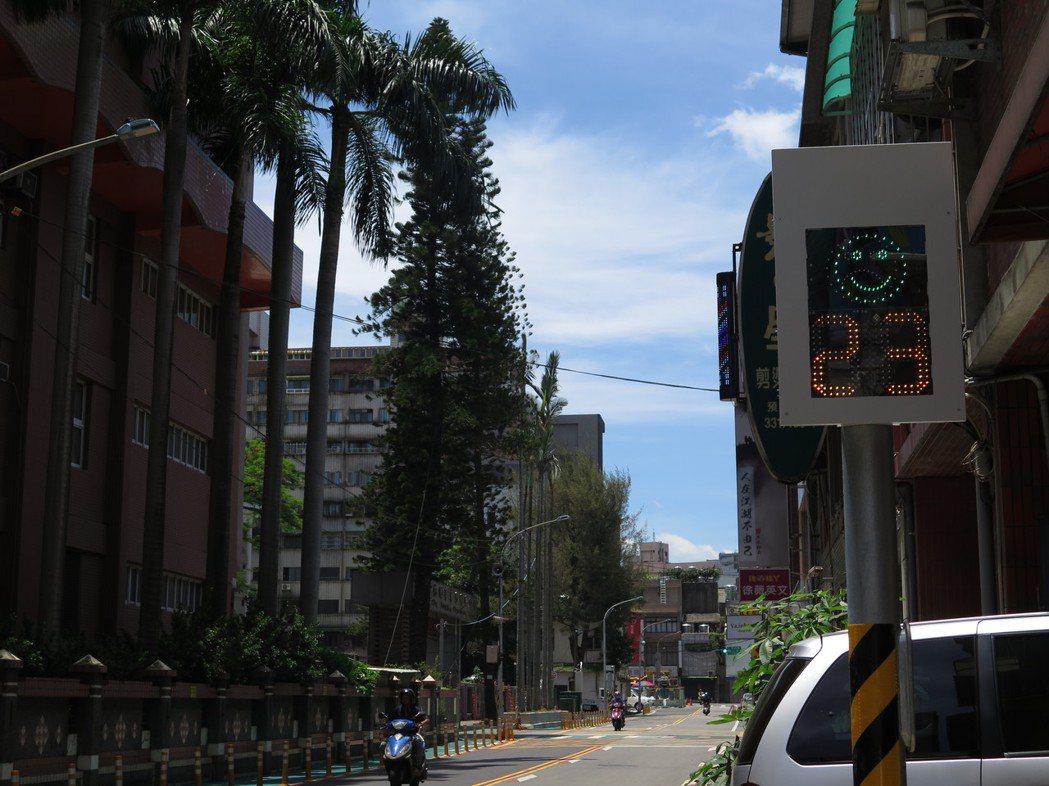 桃園市在桃園區東門國小前試辦「車速微笑偵測提醒系統」,近日通電試營運,只要速限超...
