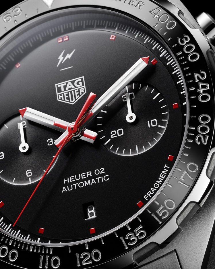 FRAGMENT Design Heuer 02聯名計時碼表,位於5點鐘方向,印...