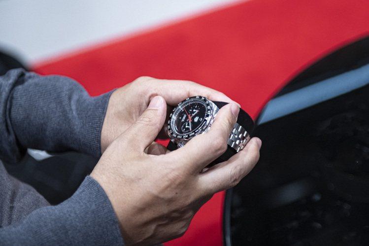 藤原浩展示與泰格豪雅合作的第二款聯名腕表。圖/TAG Heuer提供