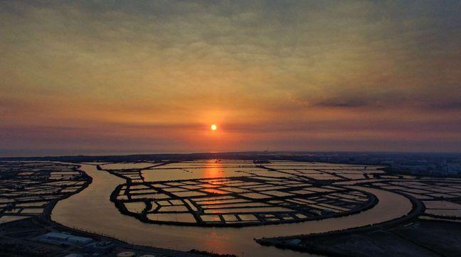 台南四草濕地是觀光秘境,夕陽之美令人忘卻ㄧ身疲憊。圖/沈統斐提供