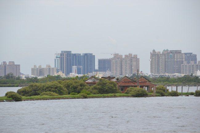 台南四草溼地有先人打拚遺跡,塭寮就位在水上。記者鄭惠仁/攝影