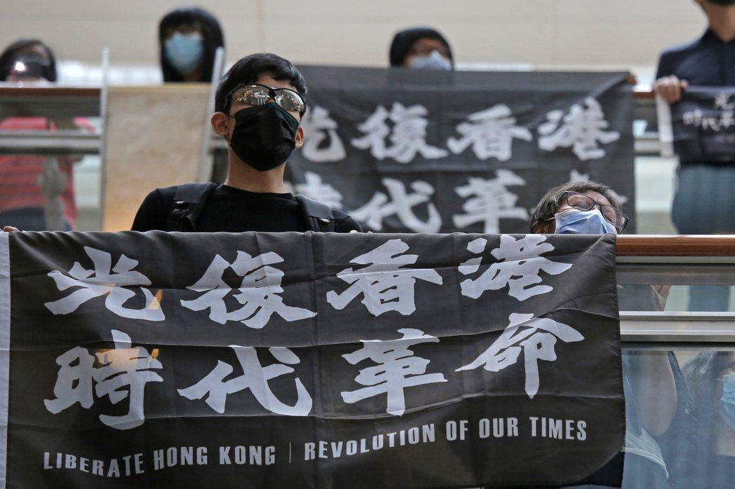 圖為香港民眾本月16日在一處商場發起的抗爭活動。(美聯社)