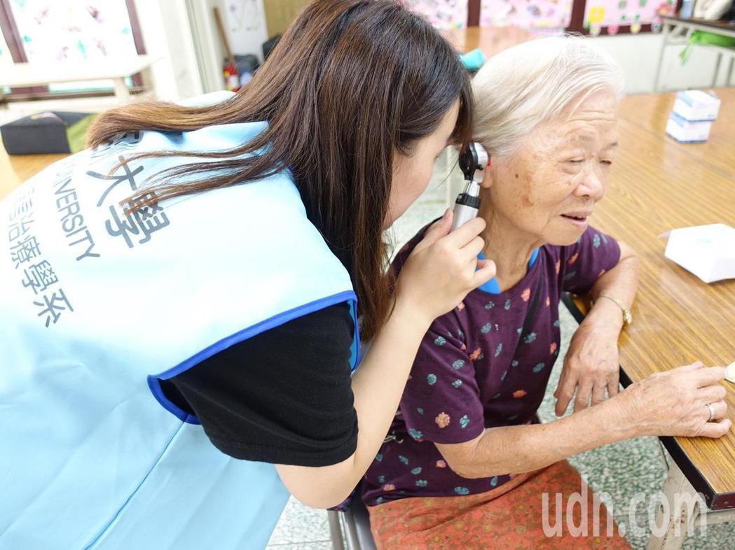 弘道老人福利基金會與亞洲大學聽語系今天到田中頂潭社區為長輩進行聽力篩檢,協助老人...