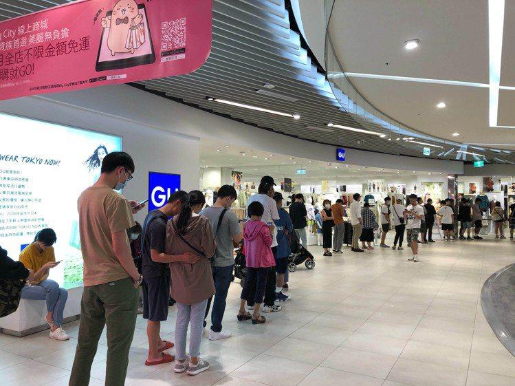 在昨日(6/18)的GU實體店鋪,湧現了大量消費者要排隊購買和高端潮牌SOPH....