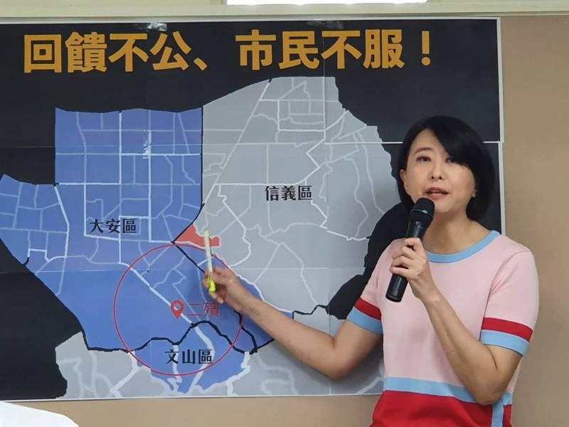 台北市第二殯儀館每年回饋2700多萬給地方,王鴻薇指出,距離5公里外的里都可以領到回饋金,與發放標準僅差不到100公尺的信義區黎順里,卻領不到半毛錢。記者楊正海/攝影