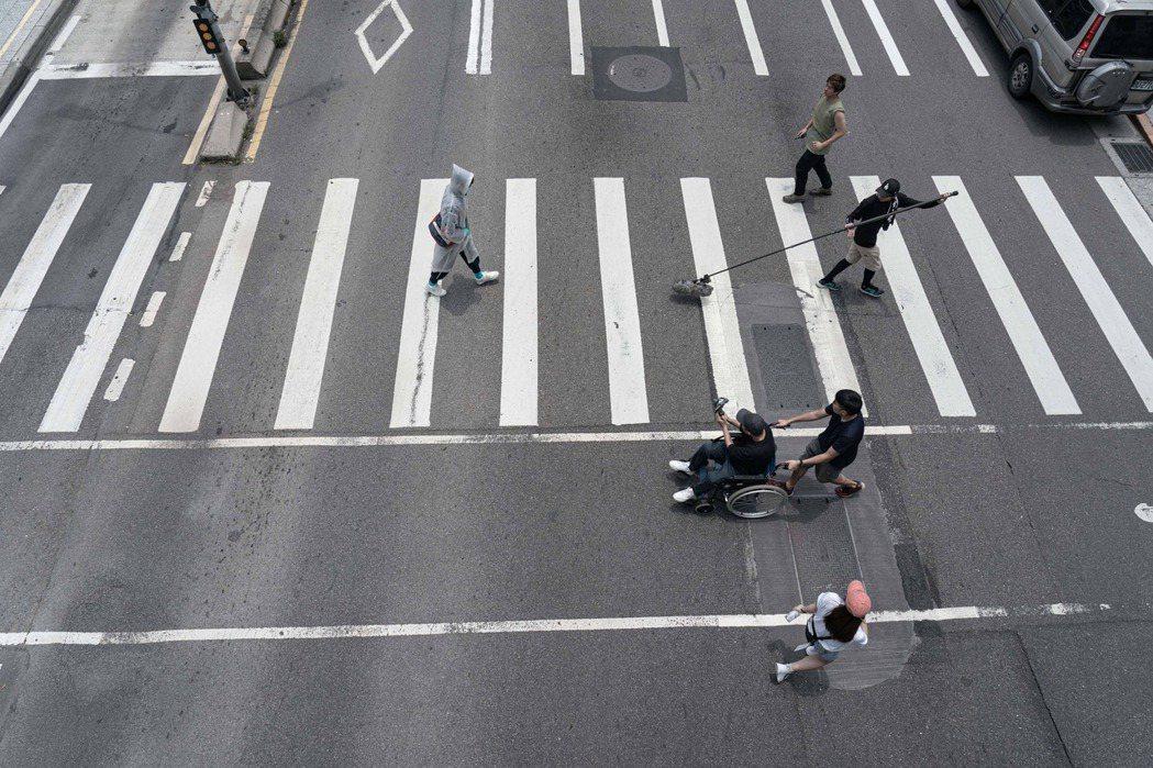 「怪胎」全程由iPhone拍攝,體積小巧輕便,拍攝過馬路鏡頭不需封街或架設地面滑...