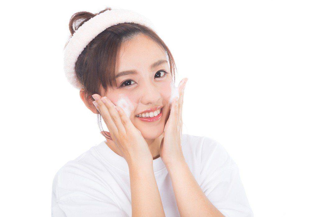 保養臉部肌膚,最有效的方式就是洗臉,想要不長痘痘,清潔是不二法門。圖/摘自pak...
