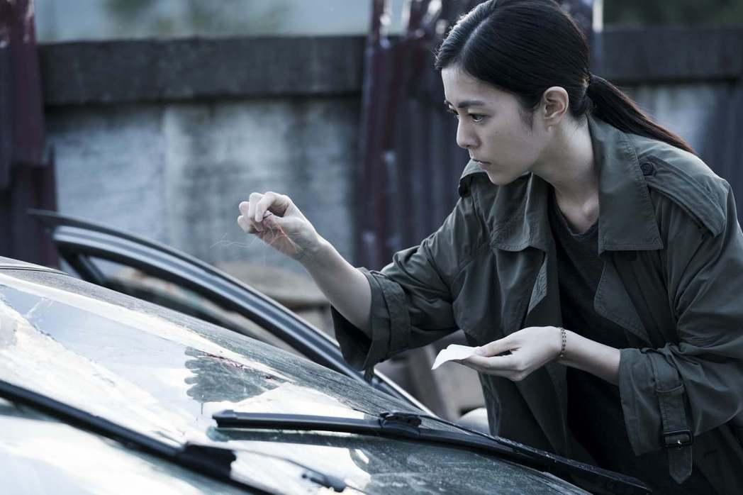 任容萱(右)在「驚夢49天」扮演一名正氣凜然的刑警。圖/原創娛樂提供