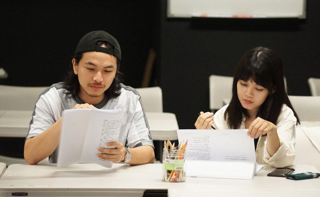 楊銘威(左)、李劭婕首次讀本排練。圖/故事工廠提供