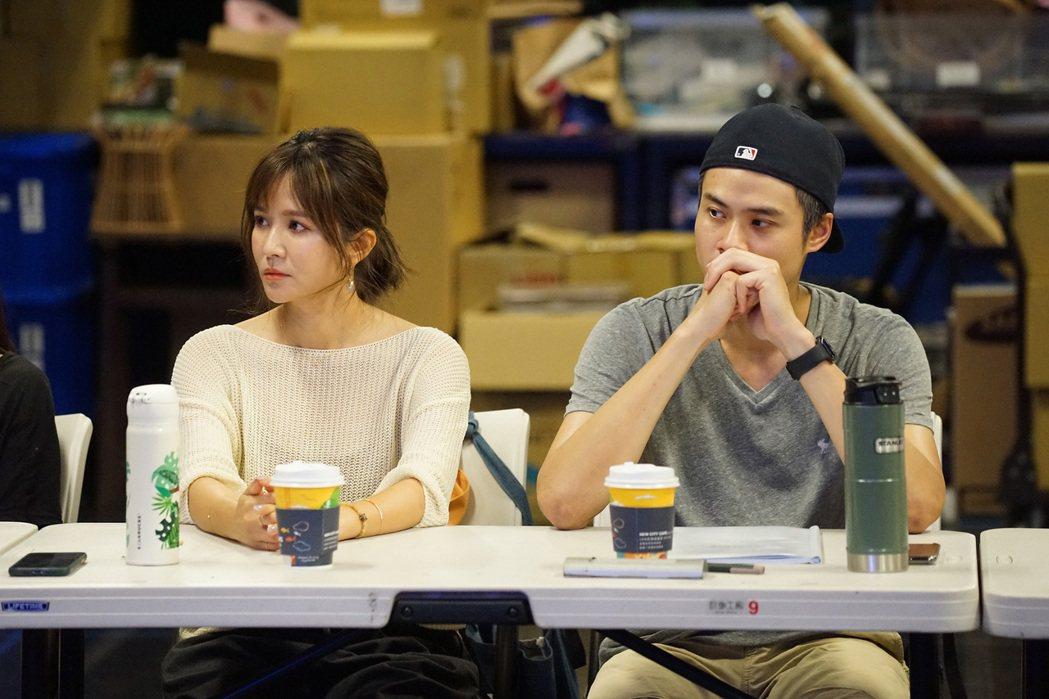吳怡霈(左)、吳定謙演出「我們與惡的距離」劇場版,參與讀本排練。圖/故事工廠提供