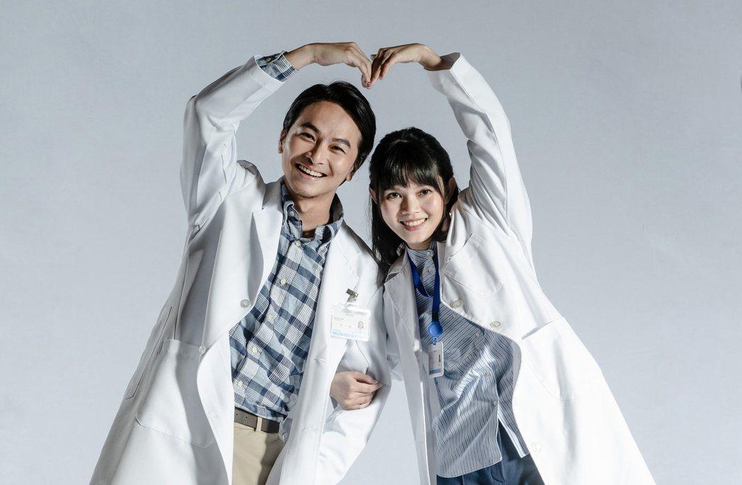 楊銘威(左)、李劭婕在「我們與惡的距離」劇場版中,飾演精神科醫師與社工師夫妻檔。...