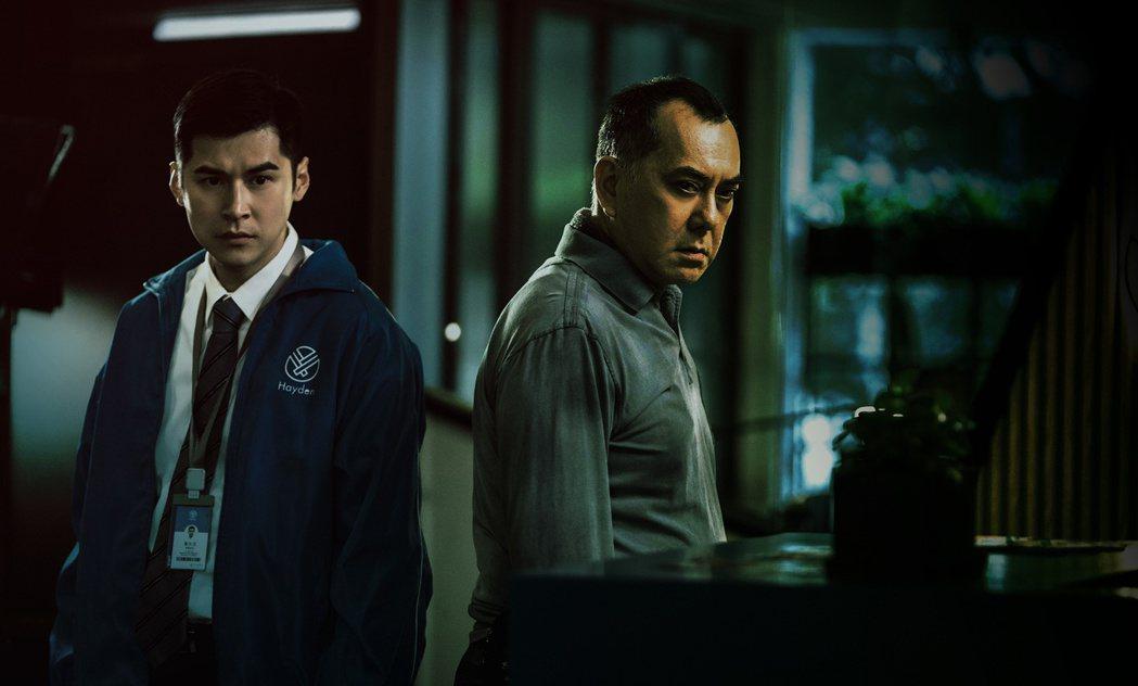 黃秋生(右)在「死因無可疑」飾演舉止粗暴恐怖的神秘男子,讓保險業務陳嘉樂(左)嚇...