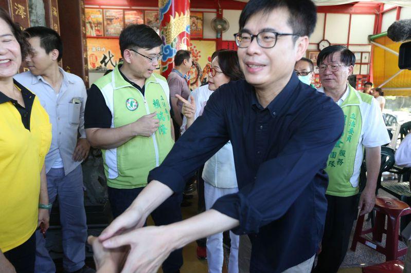 民進黨高雄市長補選參選人陳其邁今天下午在前鎮拜會基層里長。記者劉學聖/攝影