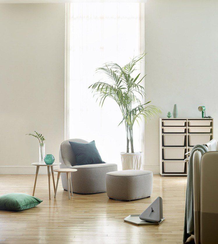 iloom怡倫家居的單人沙發結合2020年度居家代表色「寧靜黎明」,使用帶有寧靜...